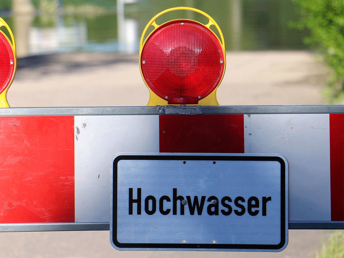 Verkehrsabsperrung mit Hinweisschild