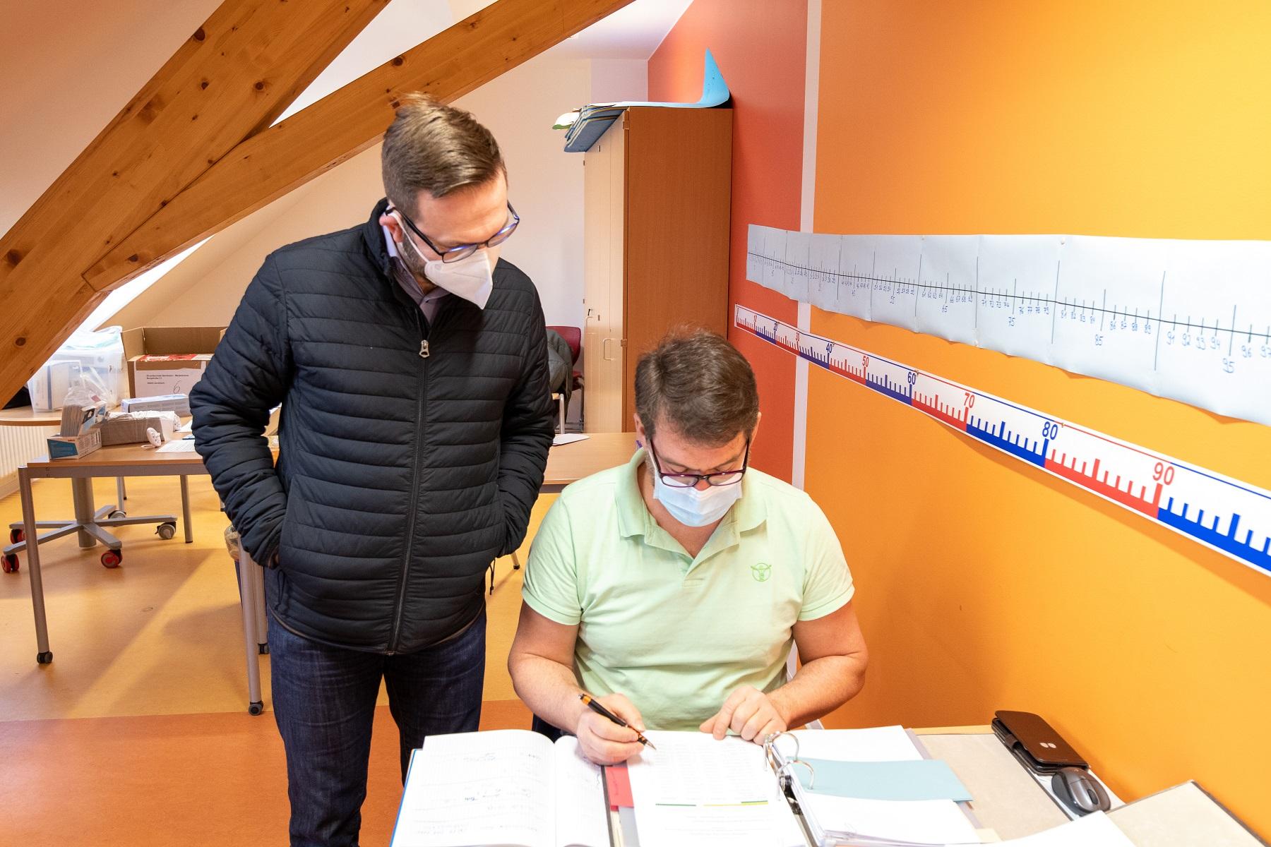 Mitarbeiter der Gemeinde bereiten die Schüler- und Lehrertests vor. Quelle: Gemeinde Gersheim