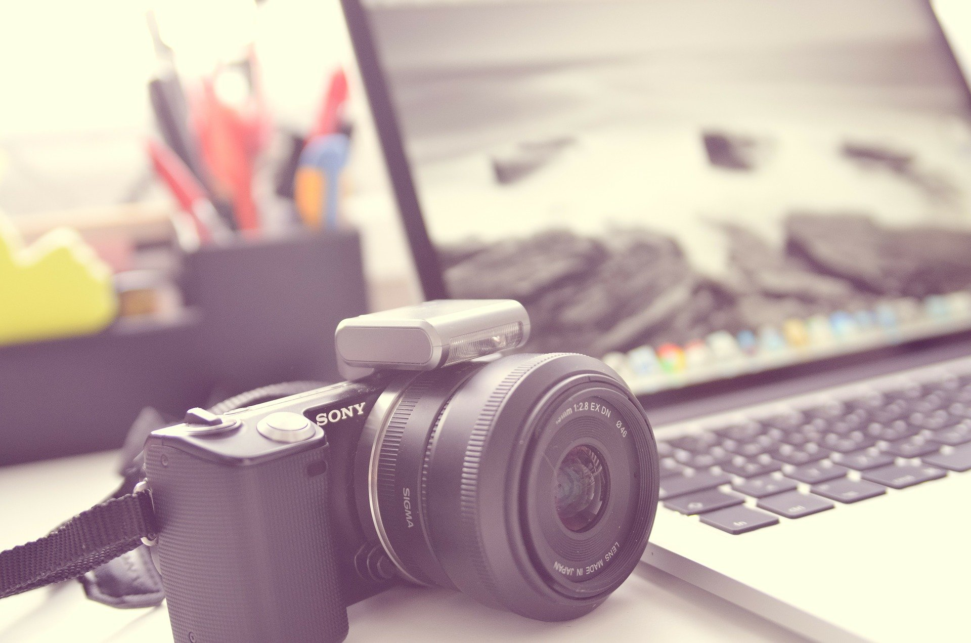 Kamera neben Notebook